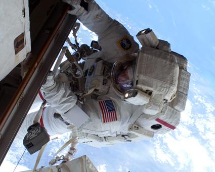 Astronauti absolvovali druhý výstup do kozmu